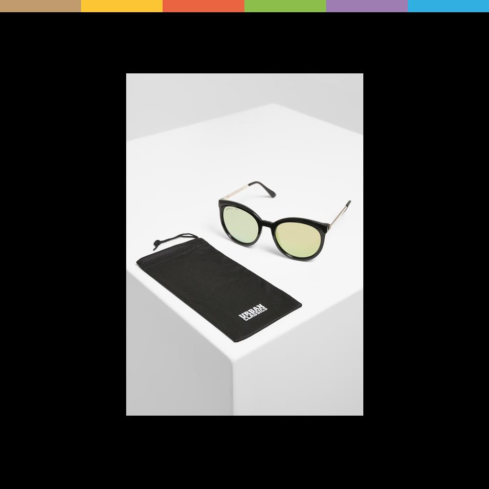 Für alle, die Kontraste mögen. Die coole Sonnenbrille kommt mit einem breiten, dunklen Kunststoffrahmen und feinen, geraden Metallbügeln daher. Die angerundeten Gläser sind farbig getönt. Sie bieten dir UV 400 und die Filterkategorie 3.