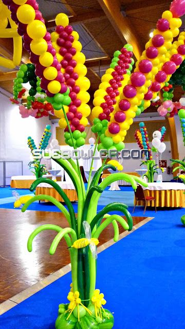 These big Flowers Balloon Decor was created by Sue Bowler.com #suebowler #qualatex #balloon