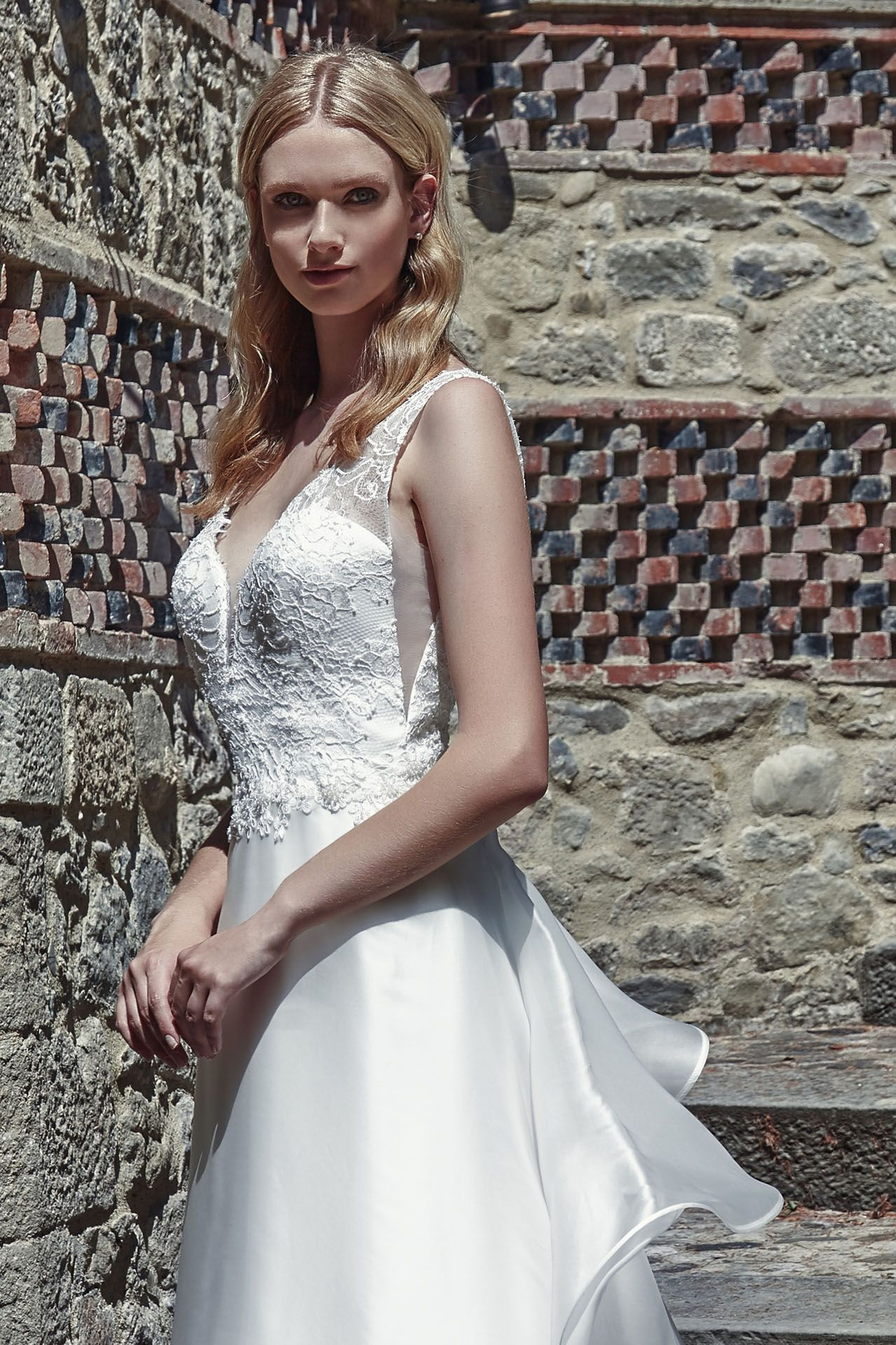 MODELLO SB 1918 Meraviglioso abito da sposa romantico con bustino in pizzo  francese Leavers rebrodé e d47514469a1