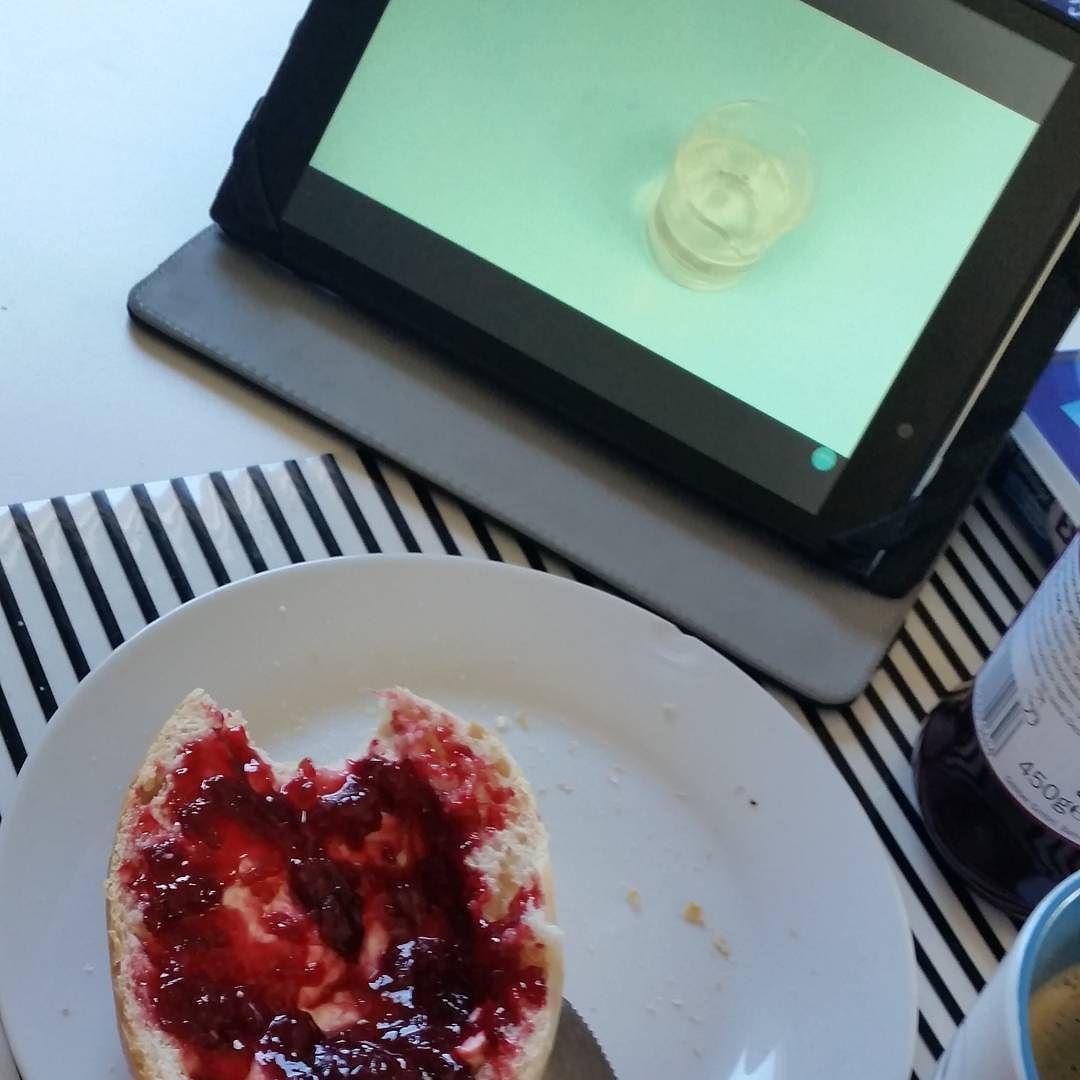 Frühstücken und dabei Videos von @inci.pedia schauen