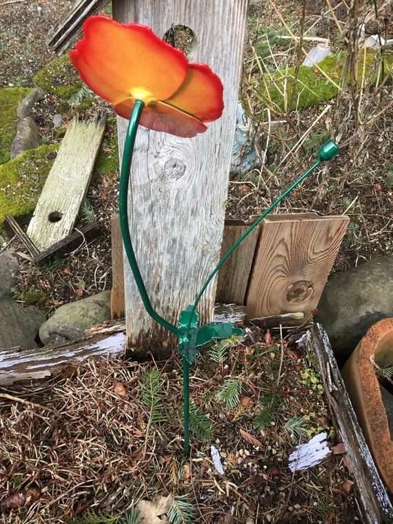 Metal poppy flower Sculpture Lawn Stake is part of lawn Sculpture Flower - 4 inches at its widest point  The leaf is about 3 inches long  from the tip of the leaf to its base   If you're interested in international shipping send us a message with a Location and I can give you a price on shipping