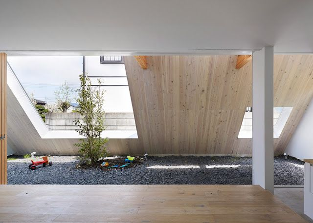 Plafoniera Tetto Spiovente : Casa con tetto spiovente in acciaio bianco by suppose design