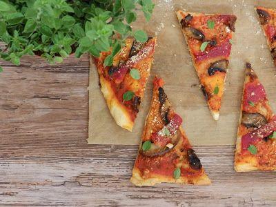 Vegan pizza s pečenou paprikou a portobello