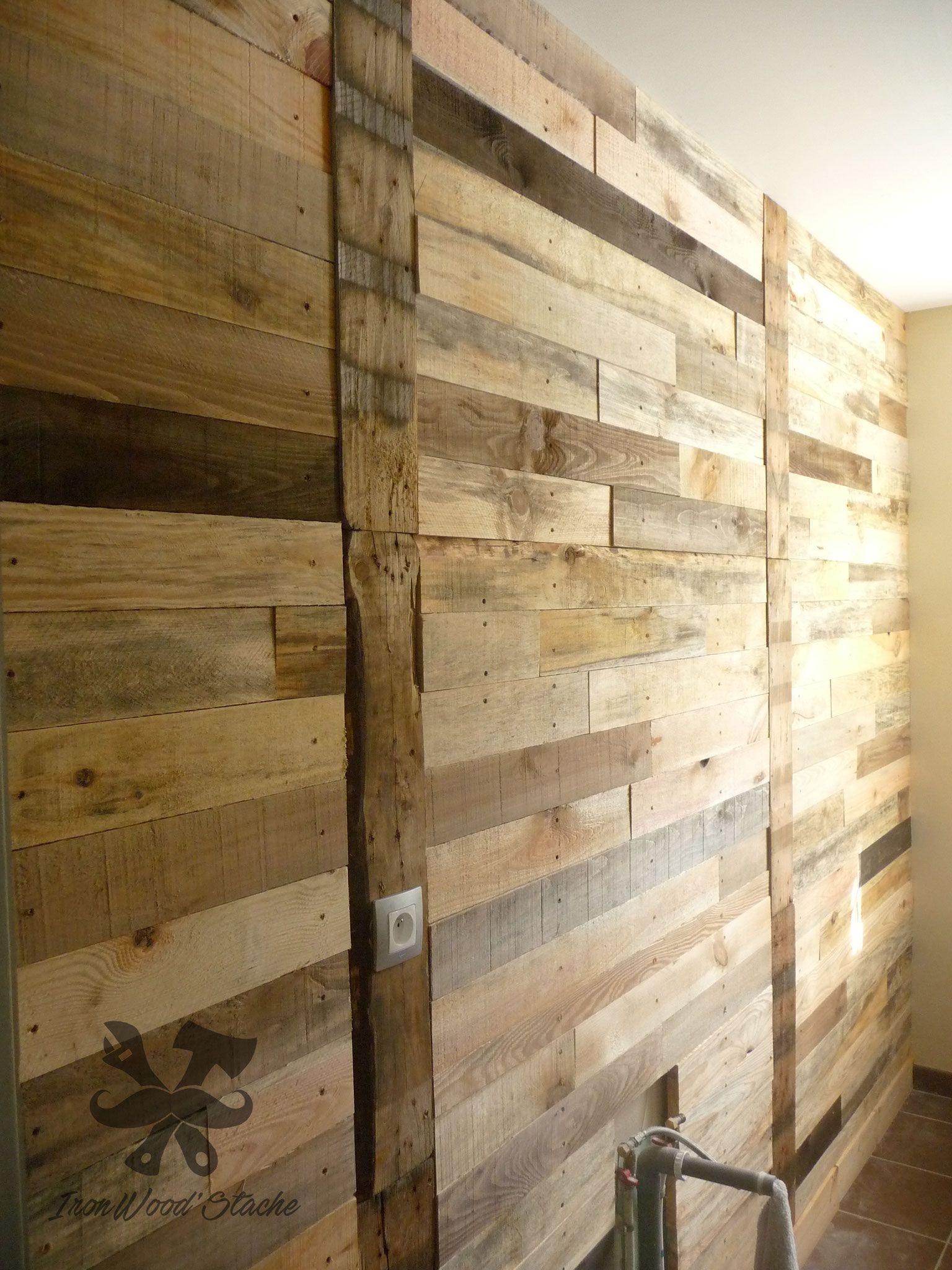 mur de palette ralis par ironwoodstache dans une salle de bain avec des tons bois vintage