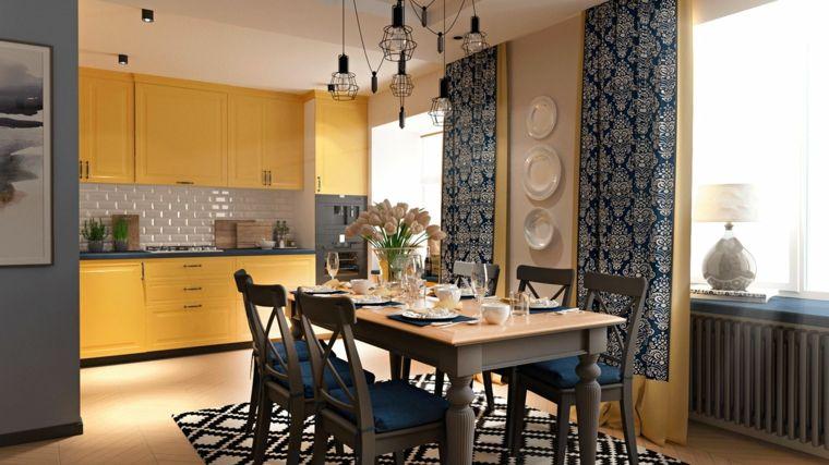 Cucina open space, mobili di colore giallo e decorazioni da parete ...