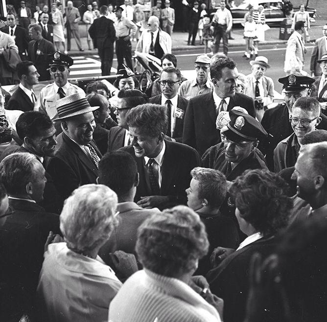 1960. 2 Septembre. Vendredi soir, Le candidat Kennedy arrive à l'aéroport de Porland, Oregon. A droite, le Sénateur Edmund S. Muskie (Herald)