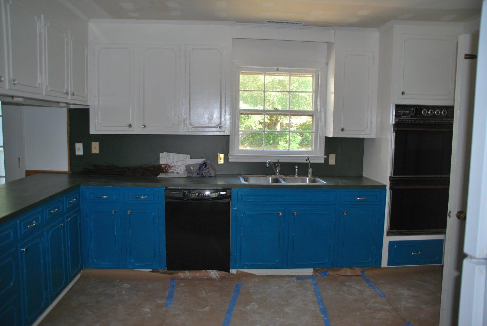 Blau Und Weiss Kuche Wandschrank Mit Schwarz Elektrogerate Und Marmor Arbeitsplatte Fur Kuche Wand S Kitchen Decor Kitchen Cabinet Colors Kitchen Colour Schemes