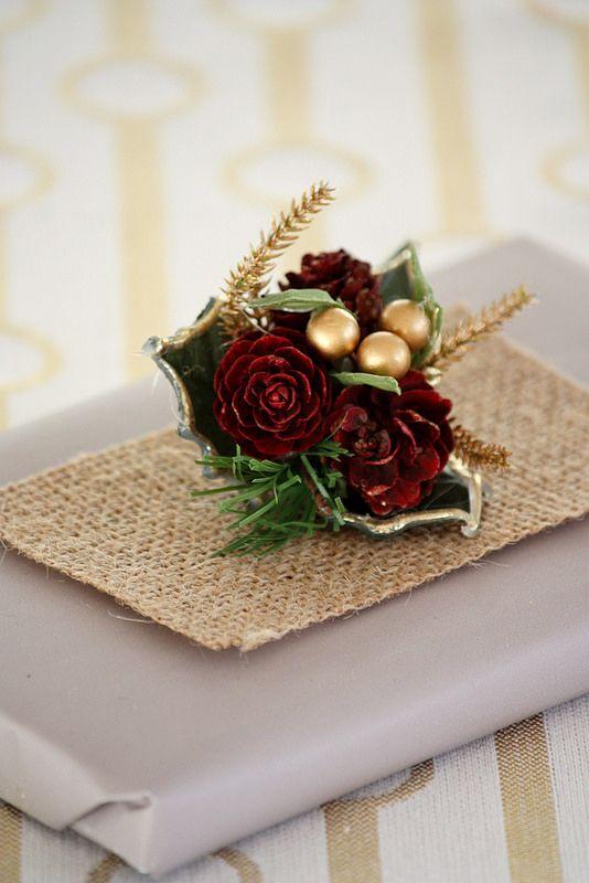 Siplistic and rustic gift wrapping. / Rustiikkinen lahjapaketti. Koristele lahjapaketti kynttilämansetilla ja juuttikankaalla.