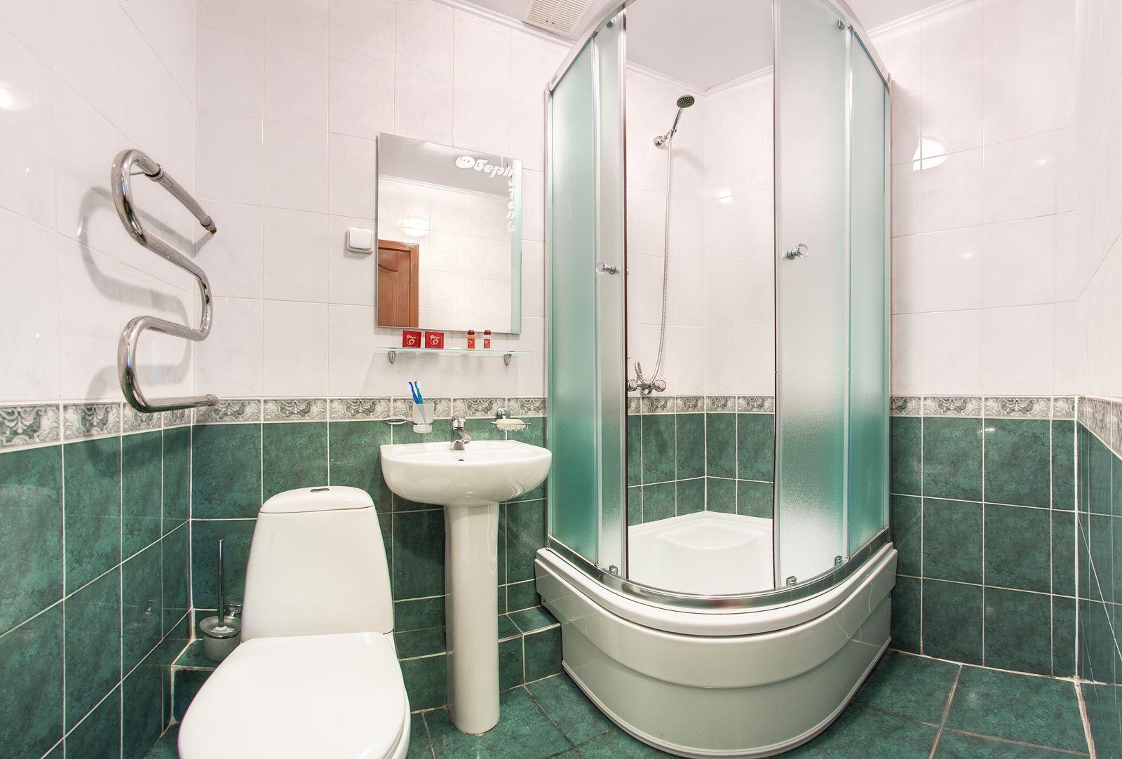 Ванная комната номера двухместный стандарт гостиницы Киева Обериг. Подробнее на официальном сайте гостиницы: http://www.oberighotel.kiev.ua
