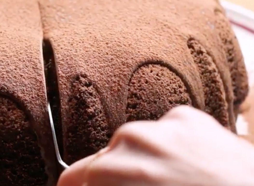 Tämä näyttää aivan tavalliselta suklaakakulta — katso, mitä tapahtuu, kun se halkaistaan