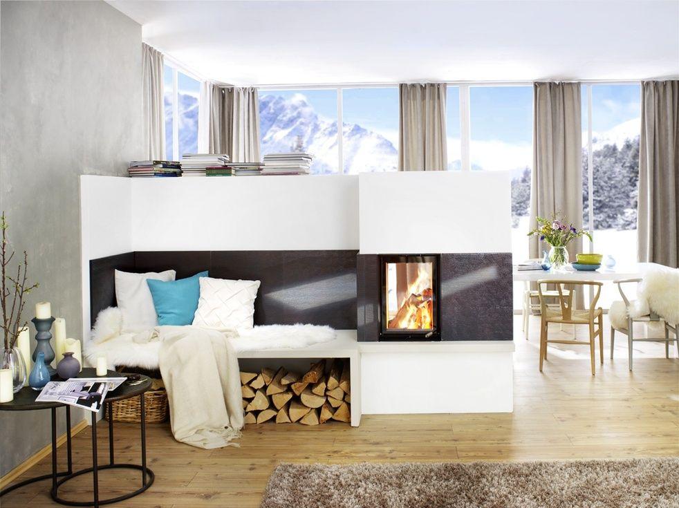 In der wohnung inmitten winterlicher schneebedeckter for Wohnzimmer ofen modern