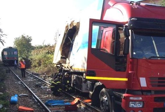 Treno - autocarro - schianto