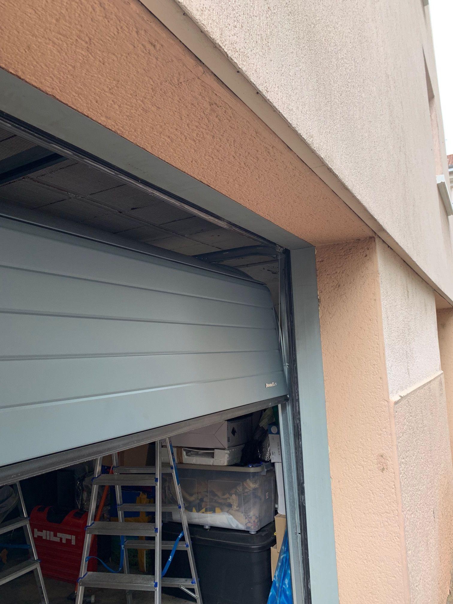 Porte De Garage Grise Rue Brosselette 69200 Venissieux Porte