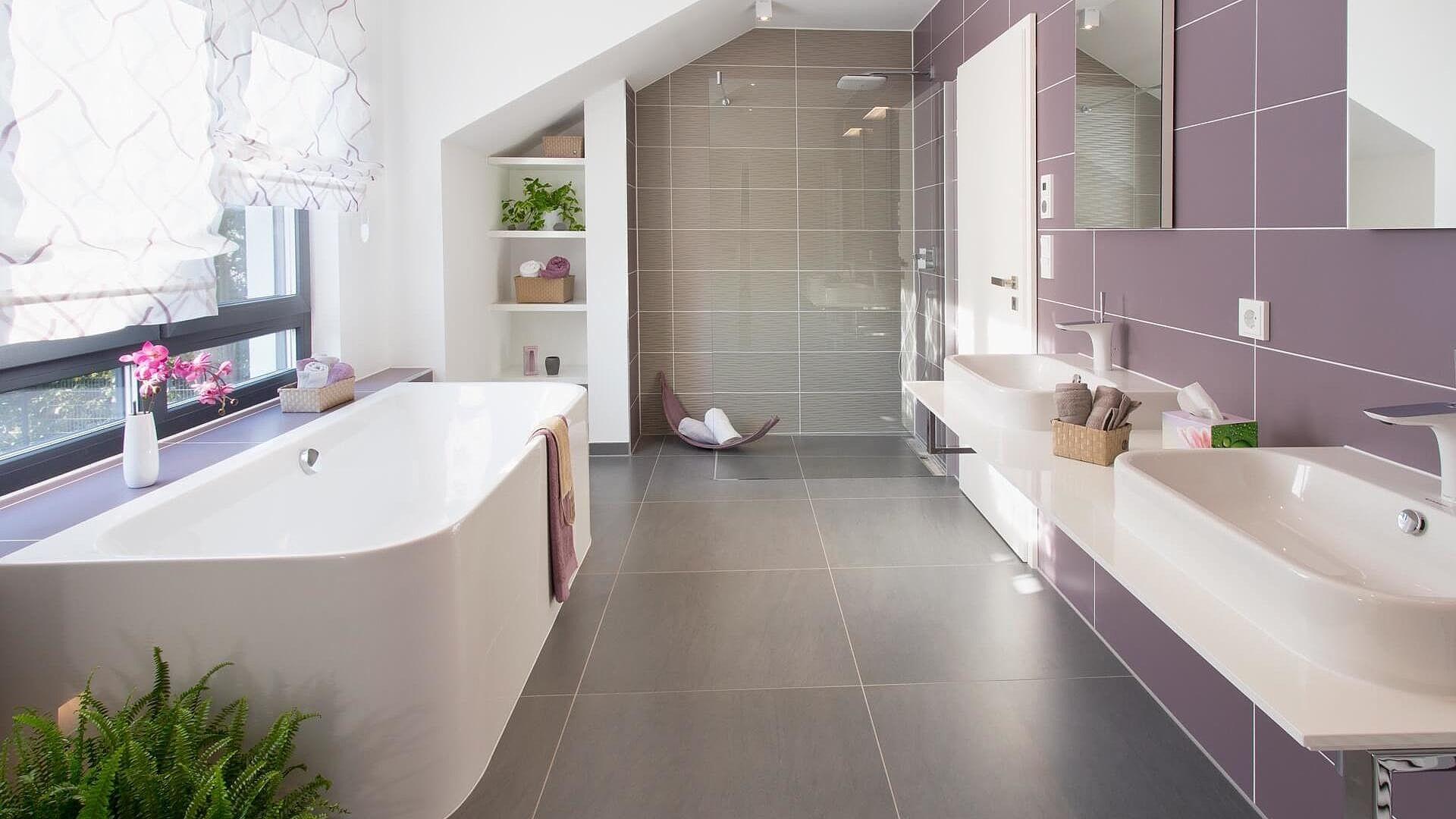 Bad grosse graue bodenfliesen lila wandfliesen badewanne dusche