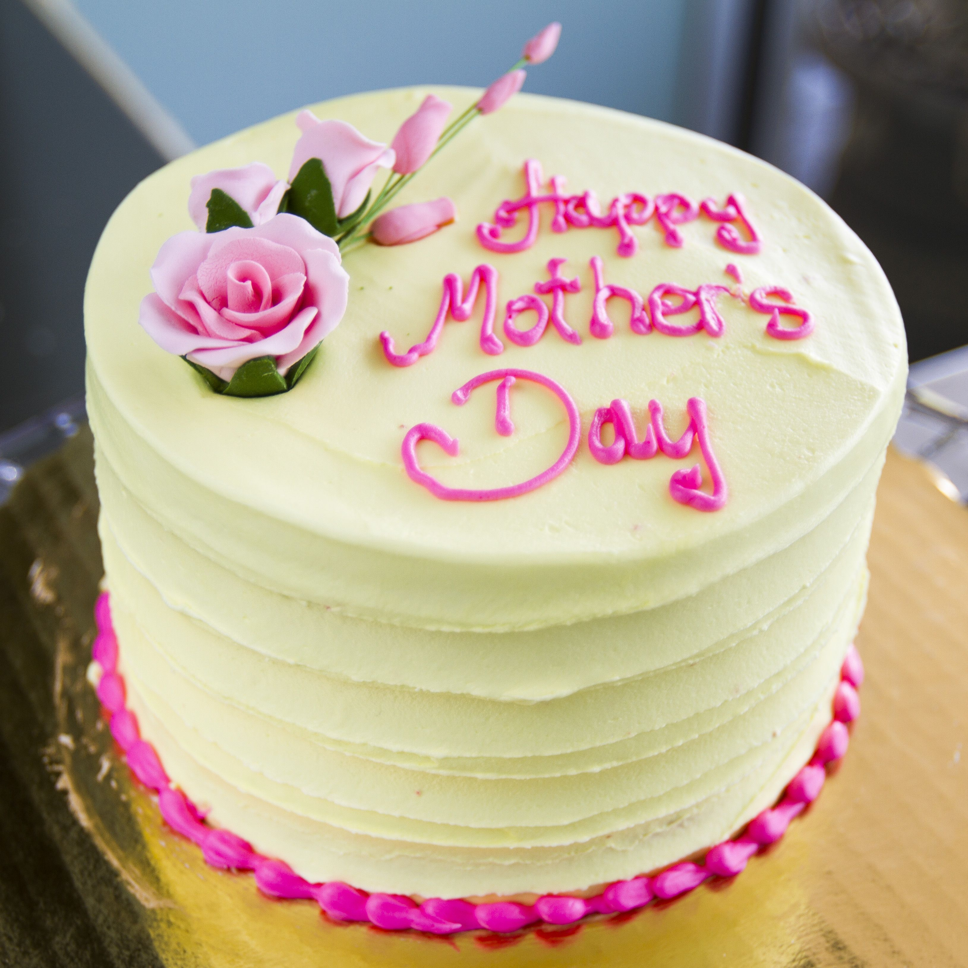 A Yellow Mother S Day Cake With Pink Roses Cake 001