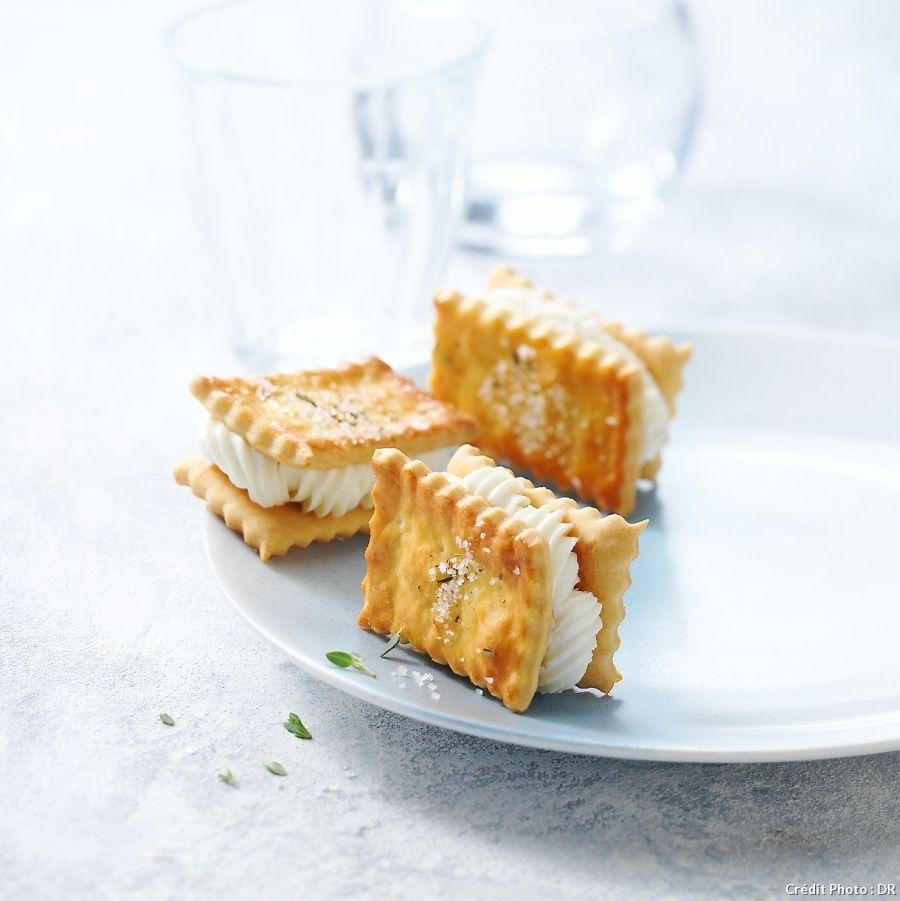 Un sandwich de crackers fourré au fromage frais... Pas sûr qu'il vous en reste à la fin de l'apéritif.