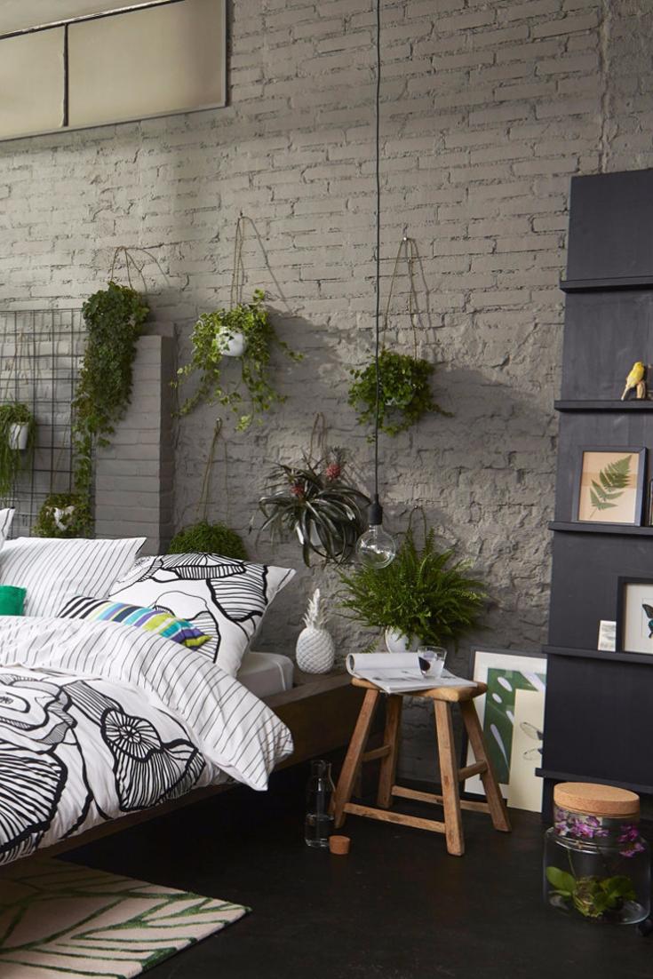 loft style schlafzimmer mit freigelegter mauerwand vielen pflanzen und materialmix exotic. Black Bedroom Furniture Sets. Home Design Ideas