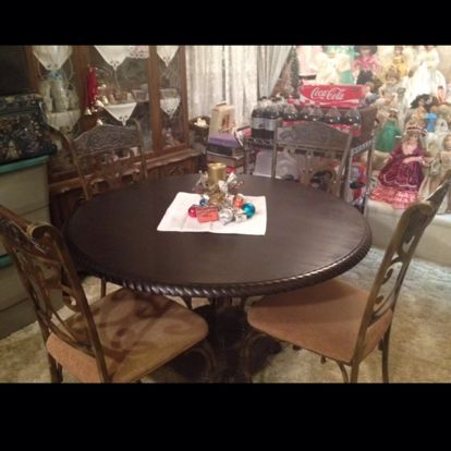 Large wood round table and four chairs! Great condition live by myself used a few times only! Must sell motivated! ☝️ http://link.close5.com/3Mjb/i615yndDWq