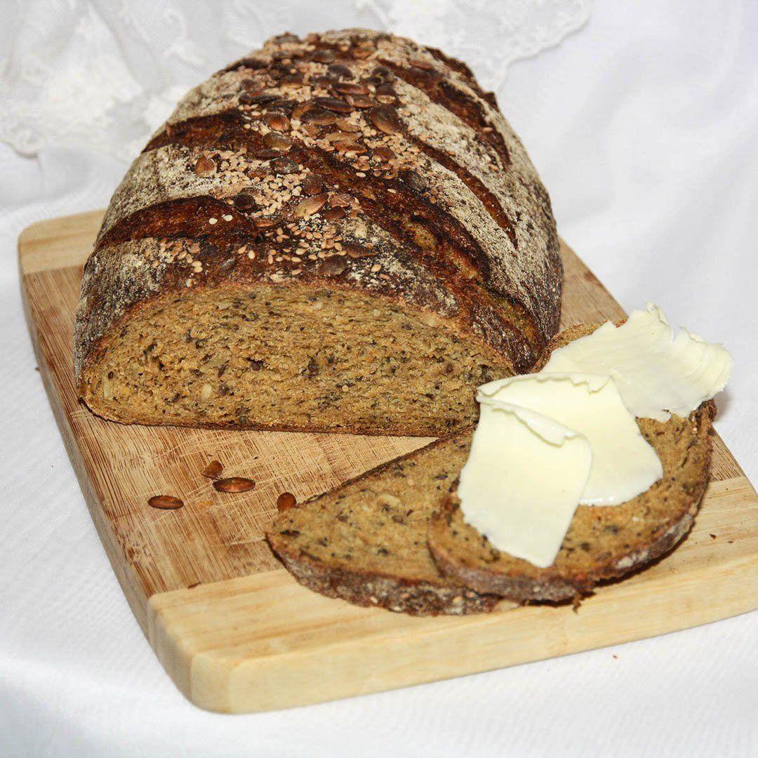 Сделать на хлебе косых надреза, аккуратно перенести бумагу с хлебом в горячий казан, сразу же накрыть крышкой и отправить в печь.