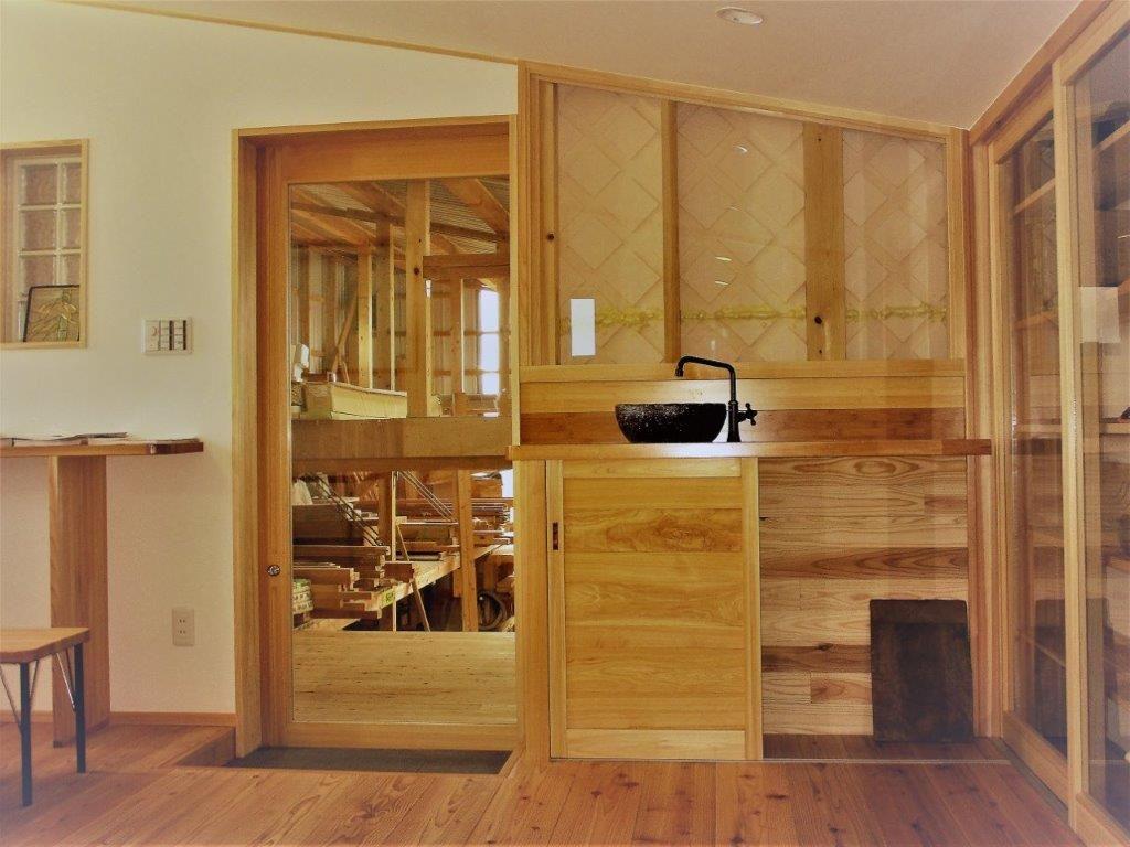 ショールームスペース 奈良吉野杉の床板 水栓は、、ダミーなんです、、、😅 吉野杉・吉野桧の素地の色と漆喰の超絶コントラスト‼︎