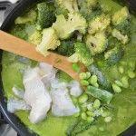 Curry verde con espinaca, brócoli, espárragos, edamame y pescado –varias recetas