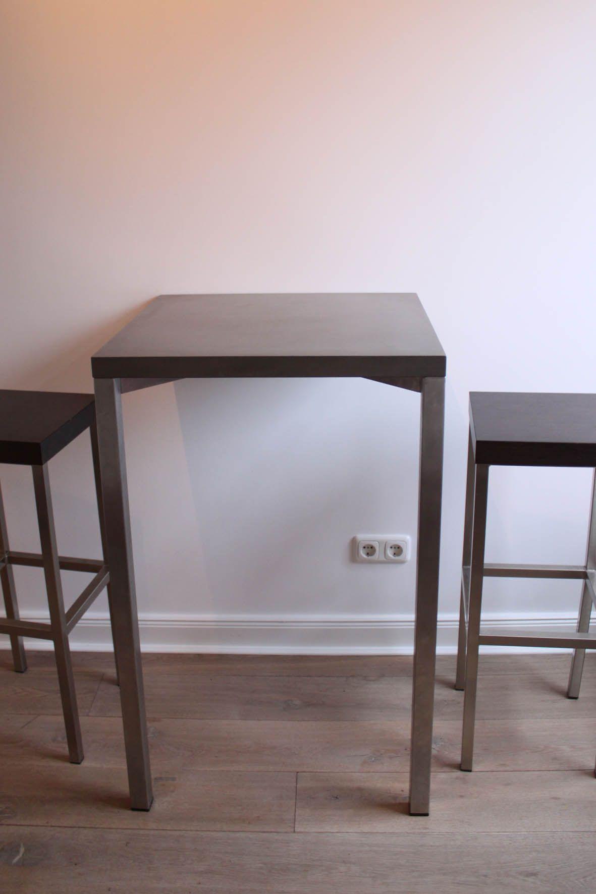 ein schicker stehtisch aus edelstahlgestell mit sch ner. Black Bedroom Furniture Sets. Home Design Ideas