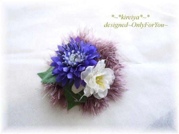 ふわふわの糸とリボン、それに布のお花を合わせて、華やかなコサージュを作りました。裏側には、安全ピンとクリップの2種類の留め具がついていますので、帽子やバッグに...|ハンドメイド、手作り、手仕事品の通販・販売・購入ならCreema。