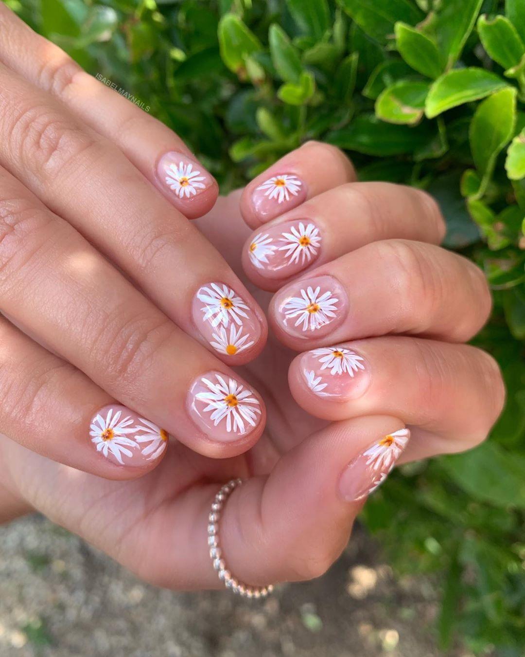 𝔻𝔼𝕃𝕀ℂ𝔸𝕋𝔼 𝔻𝔸𝕀𝕊𝕀𝔼𝕊  . Hand painted daisy nails  Who said short nails can't have na..., #daisies #daisy #daisynails #flowernails #flowers #gel #gelnails #handpainted #handpaintednailart #isabelmaynails #manicure #nailart #nailartist #naildesign #nailfashion #nailpolish #nailpro #nails #nailtech #nailtrend #naturalnails #navyprotools #shortnails #showscratch #uniquenails