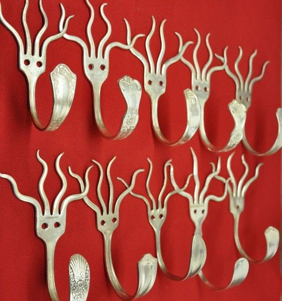 Dieci argento placcate forcelle sono piegate in funky ganci. Possono essere utilizzati per cappotti, Zaini, asciugamani, Cappelli, chiavi, grembiuli, ecc... Un gancio finito misura circa 3 pollici profondo, 4 pollici di altezza e 2 pollici di larghezza. Su ordinazione e modelli di argenteria variano. Viti per il montaggio. Facciamo anche scaffalature fatti a mano da legno riciclato in qualsiasi lunghezza e colore. Vi preghiamo di contattarci per iniziare su un ordine personalizzato! www.j...
