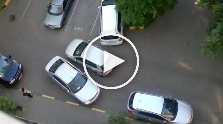 Doua soferite au blocat o parcare pentru ca nu putea trece una pe langa cealalta.VIDEO VIRAL…