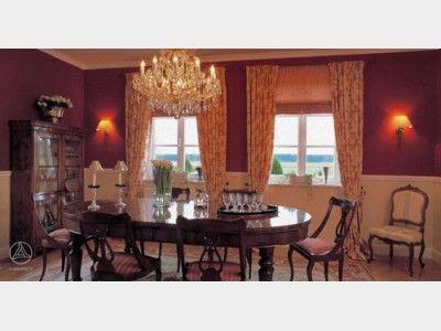 Esszimmer Mit Klassischer, Elegant Luxuriöser Einrichtung. Der Mächtige  Kronleuchter Und Runde Tisch Erinnern