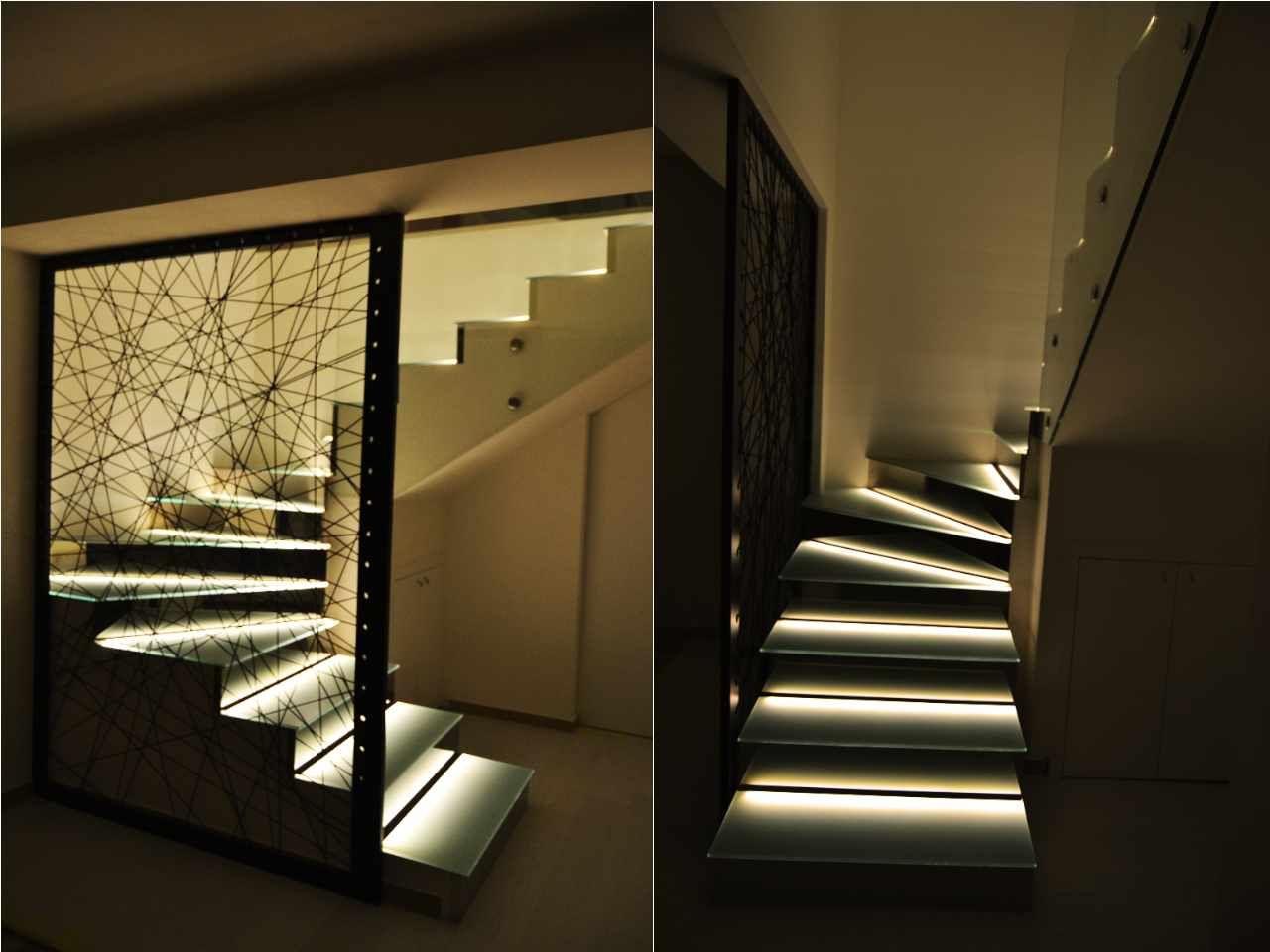 delle scale illuminate creativamente con strisce led