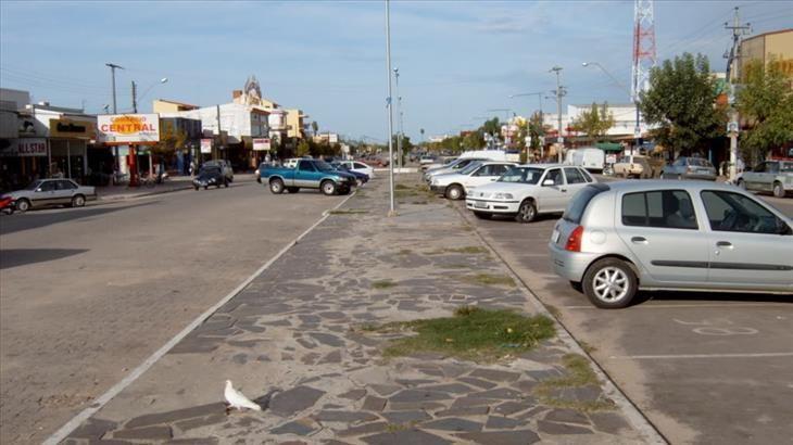 La acera representa la frontera entre Brasil y Uruguay. Brasil está a la izquierda y Uruguay a la derecha. | Viajes - Todo-Mail