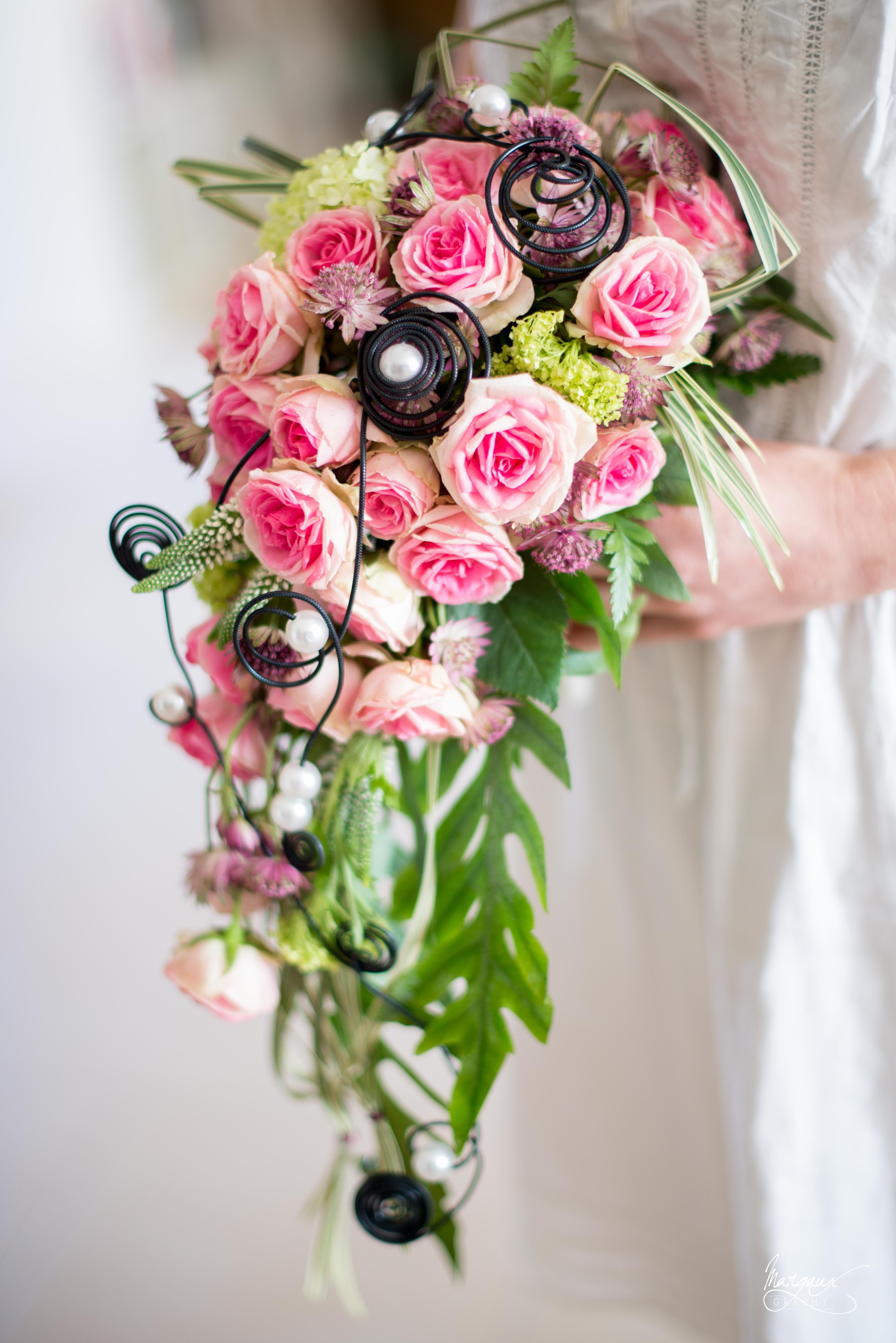 bouquet de mariée, cascade, romantique. de couleurs rose. perles