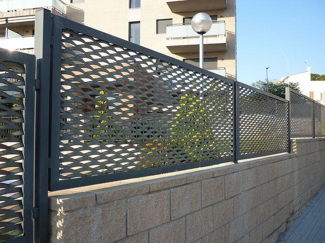 Montaje de valla verja de metal extendido deploy e con marco de vinuesa vallas y cercados - Vallas de metal ...