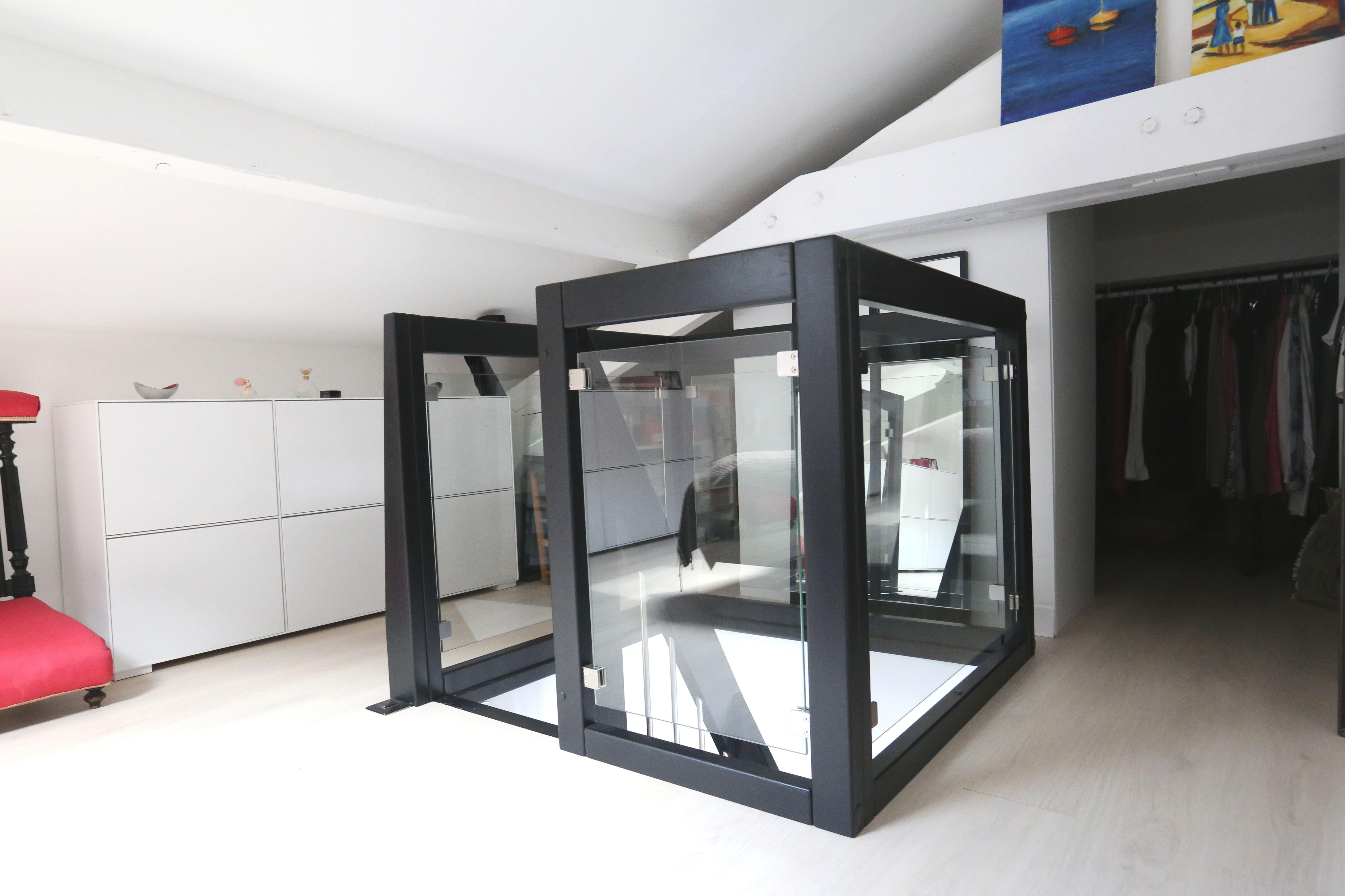 ici un garde corps en bois teint noir et verre qui s 39 accorde parfaitement aux couleurs de l. Black Bedroom Furniture Sets. Home Design Ideas