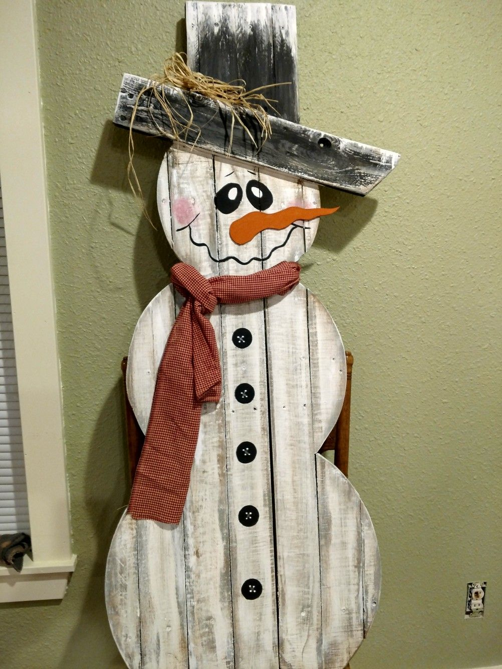 Pallet snowman | Pallet projects christmas, Pallet ...