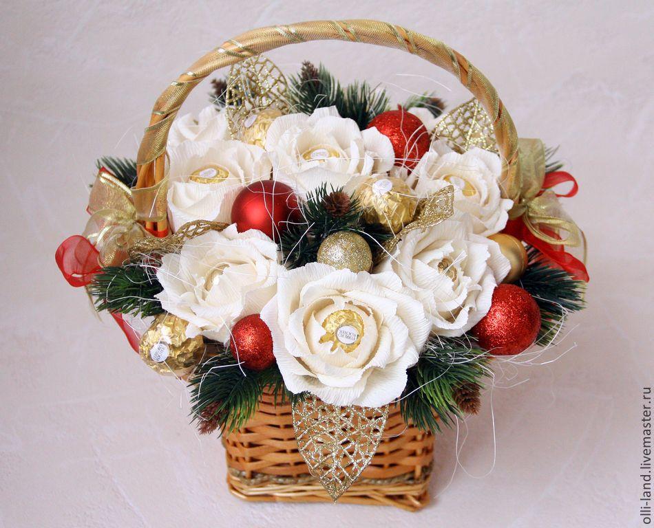 Новогодние букет из цветов и конфет, купить цветы