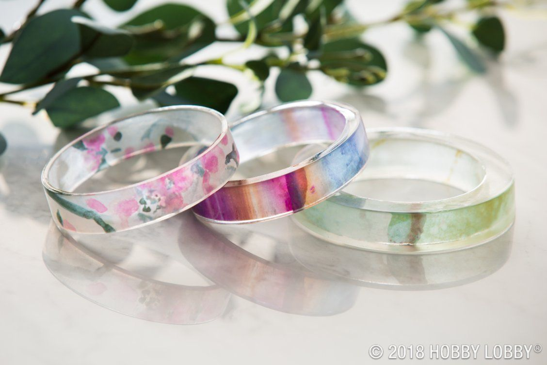 Homemade resin bracelets never looked so chic! To DIY, fill