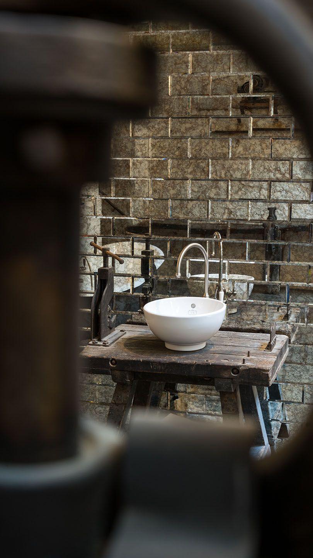 Das Runde Waschbecken Wirkt Auf Der Echten Werkbank Besonders Authentisch In Diesem Badezimmer Wird Der Industrial Lo Waschbecken Badezimmer Schone Badezimmer