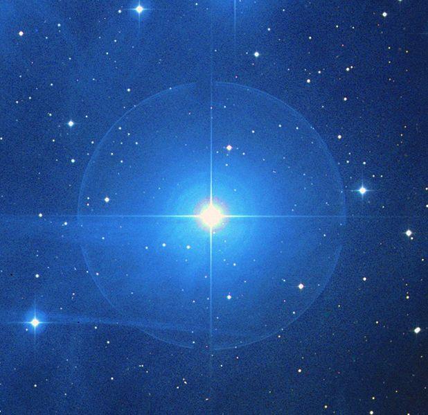 Nebulosa vdb 20. Es una nebulosa de reflexión dentro del cúmulo abierto de las Pléyades en la constelación de Tauro. Es la nebulosa que rodea a la estrella Electra, uno de los miembros más brillantes del cúmulo de las Pléyades. La nube recibe directamente la radiación ultravioleta de Electra, profundamente inmersa en ella, con azul característico de las nubes de las Pléyades debido al color de sus estrellas esclarecedoras. La parte iluminada de los gases tiene una forma aproximadamente…