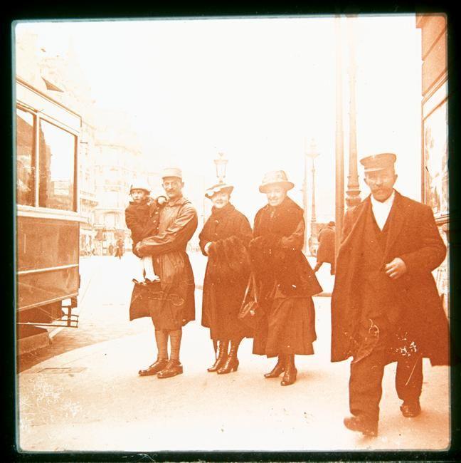 A Paris vers 1916
