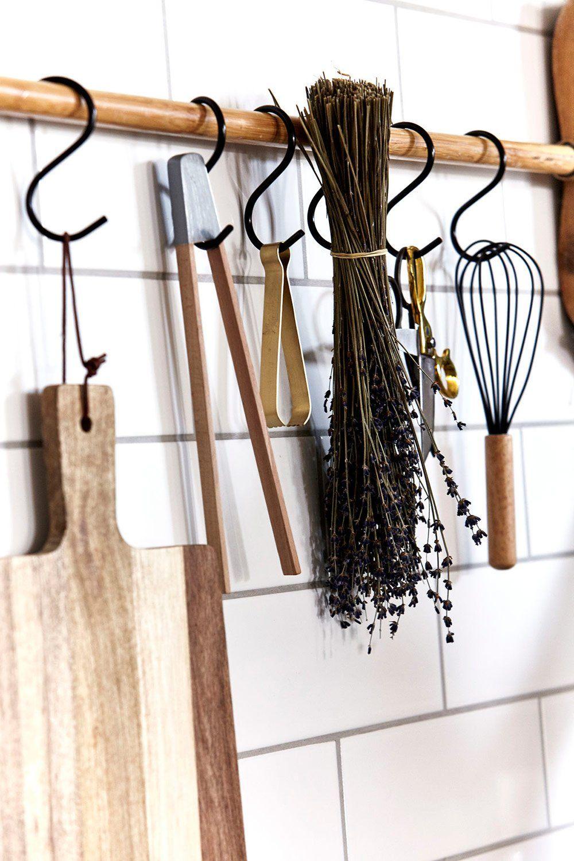 On suspend ses ustensiles de cuisine au mur  Ustensile cuisine