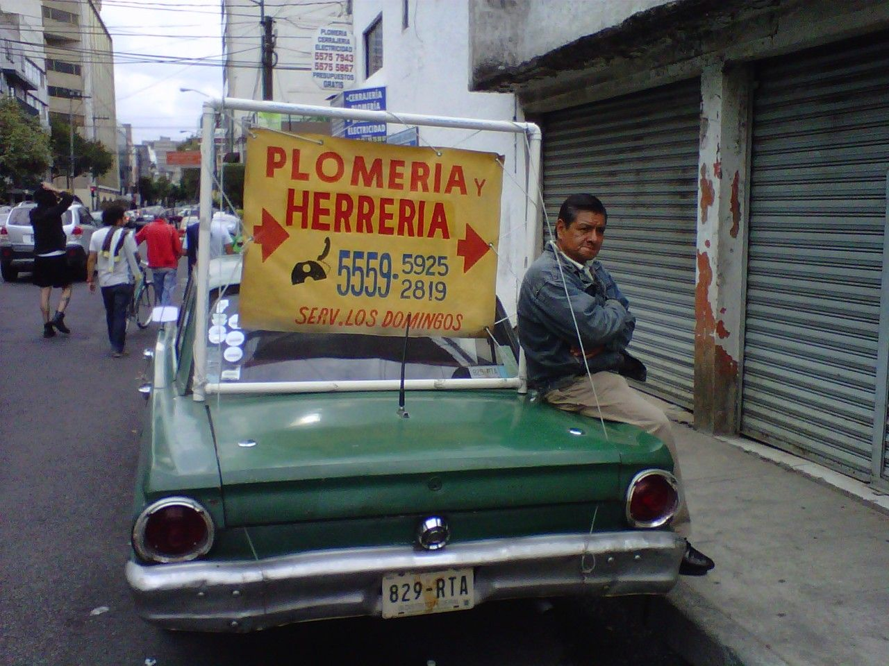 Old car used as advertising for a plomber in Colonia del Valle ...