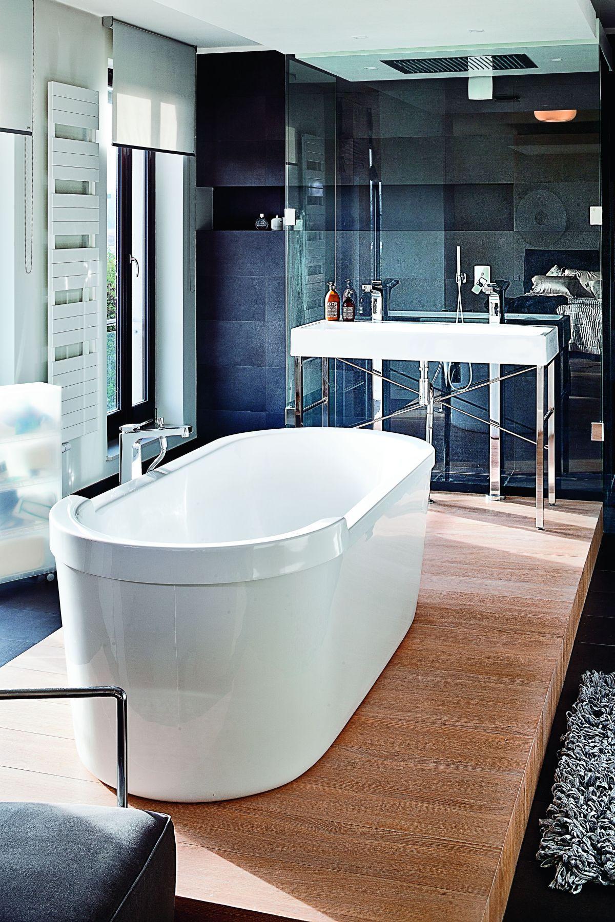 Nowoczesna Białą łazienka Wyposażona Jest W Drewniany