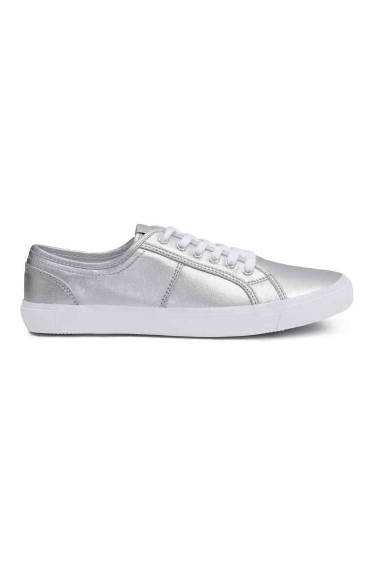 43560857 Buty sportowe z płótna: Płócienne sznurowane buty sportowe. Tekstylne  podeszwy wewnętrzne i wyściółka. Gumowe podeszwy zewnętrzne.
