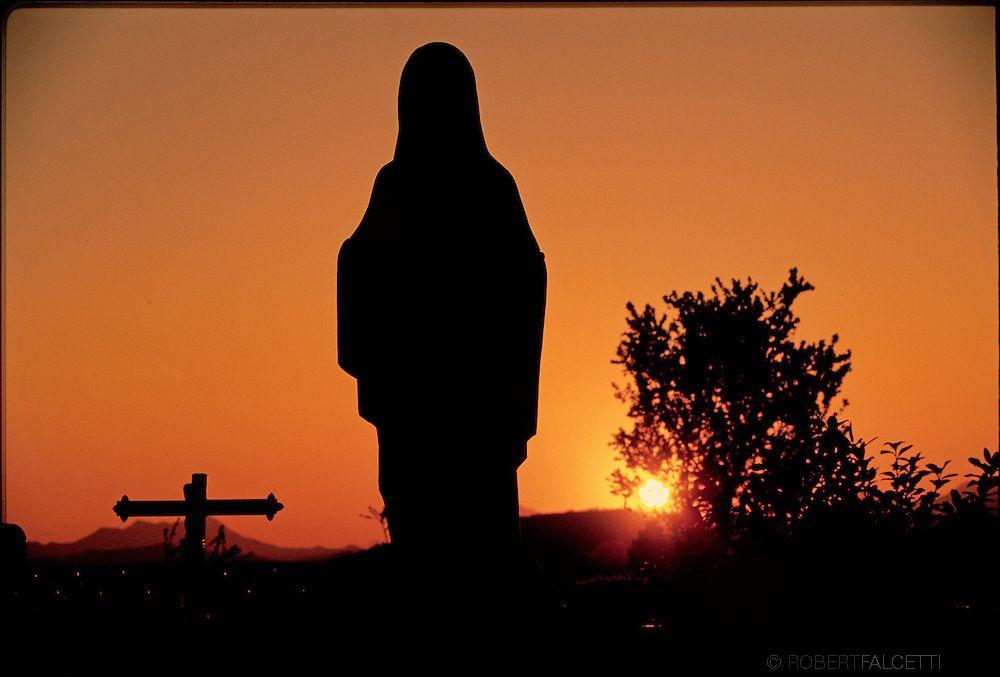 A Imagem da 'Rainha da Paz' que fica no pátio da Igreja de São Tiago em Medjugorje, na Bósnia-Herzegovina.  As visões relatadas começaram em 24JUNHO1981. Por volta das 18h00 naquele dia, perto da colina de Podbrdo do Monte Crnica, agora chamado Monte das Aparições, local onde 6 crianças croatas viram uma bela jovem com uma criança nos braços - era a Virgem com o Menino Jesus, são as mais duradouras aparições sobre a face da Terra e diz a Gospa q serão as últimas também (Photo by Robert…