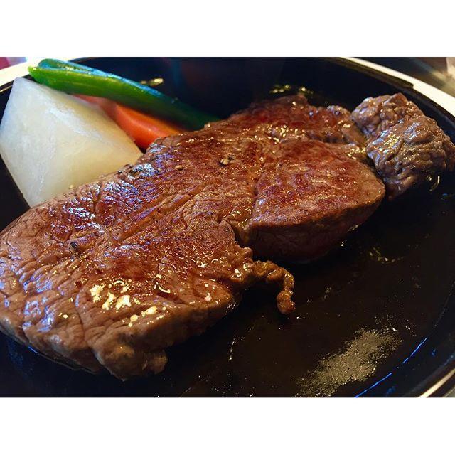 久々に食べログ…いや、食べロック更新!  大分での思い出。空港近くの昔からある洋食屋さん。朝からステーキを載せてみたが。ステーキって…  格好イイ。たくましい。抱かれたい。遊ばれたい。  本日も胃もたれするくらい濃い1日にする 名古屋へ向かっております  口に入れた瞬間BGM KISS/デトロイト・ロック・シティ  #本日#名古屋ライブ#名古屋UPSET#大分#くにさき半島#肉#beef#ステーキ#steak#くにさき牧場#食べロック