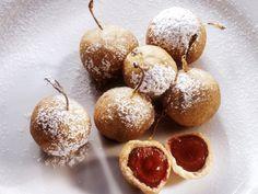 Frucht ummantelt von köstlichem Teig: ein wahrer Genuss! Gebackene Kirschen im Teigmantel - smarter - Zeit: 30 Min. | eatsmarter.de