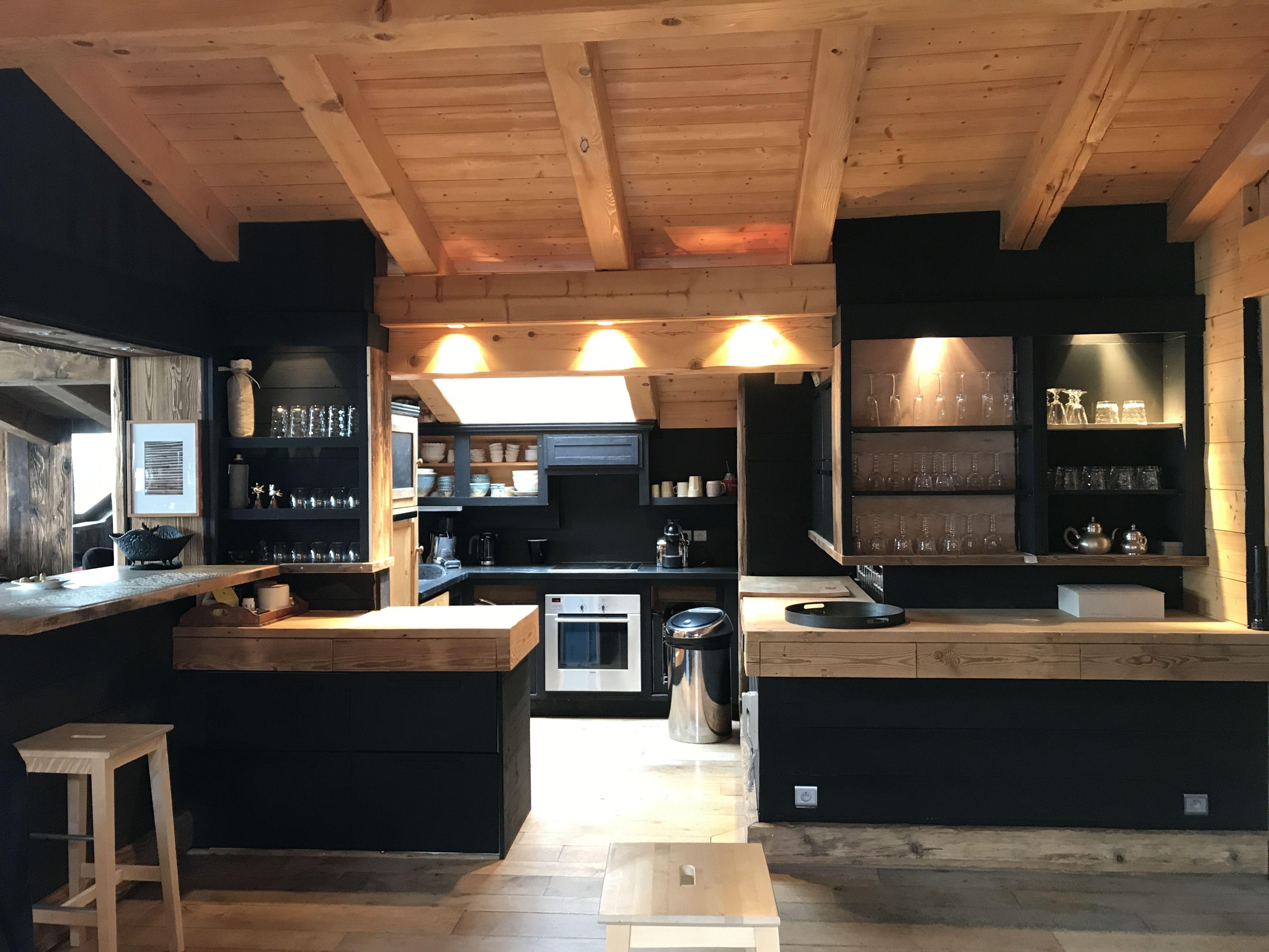 Vieux bois et peinture noire . Cuisine Chalet Megève | Interiors in ...